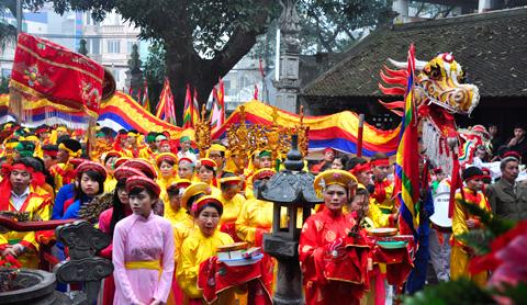 Tham dự lễ hội đình làng Yên Phụ